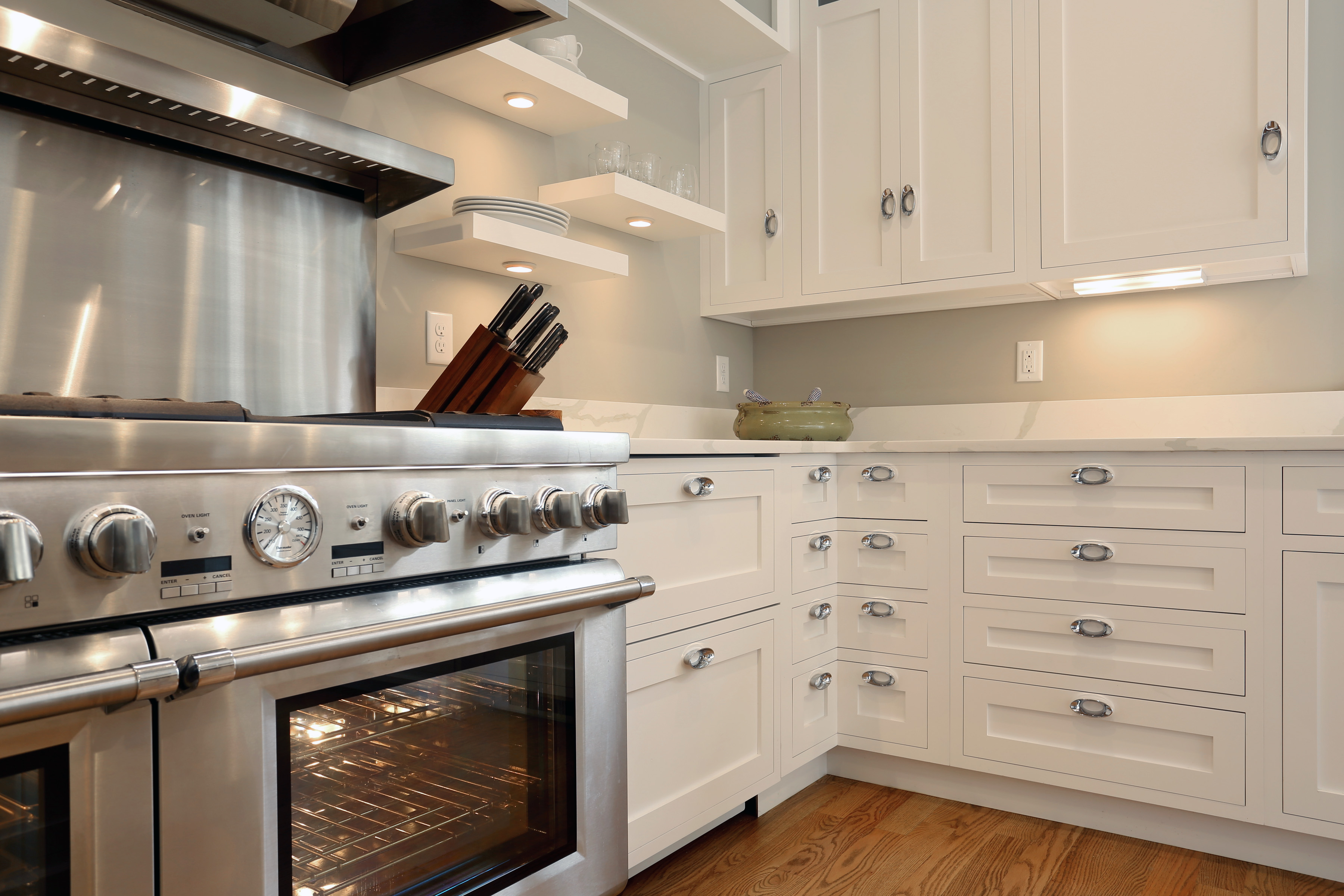 The Perks To White Kitchen Cabinets
